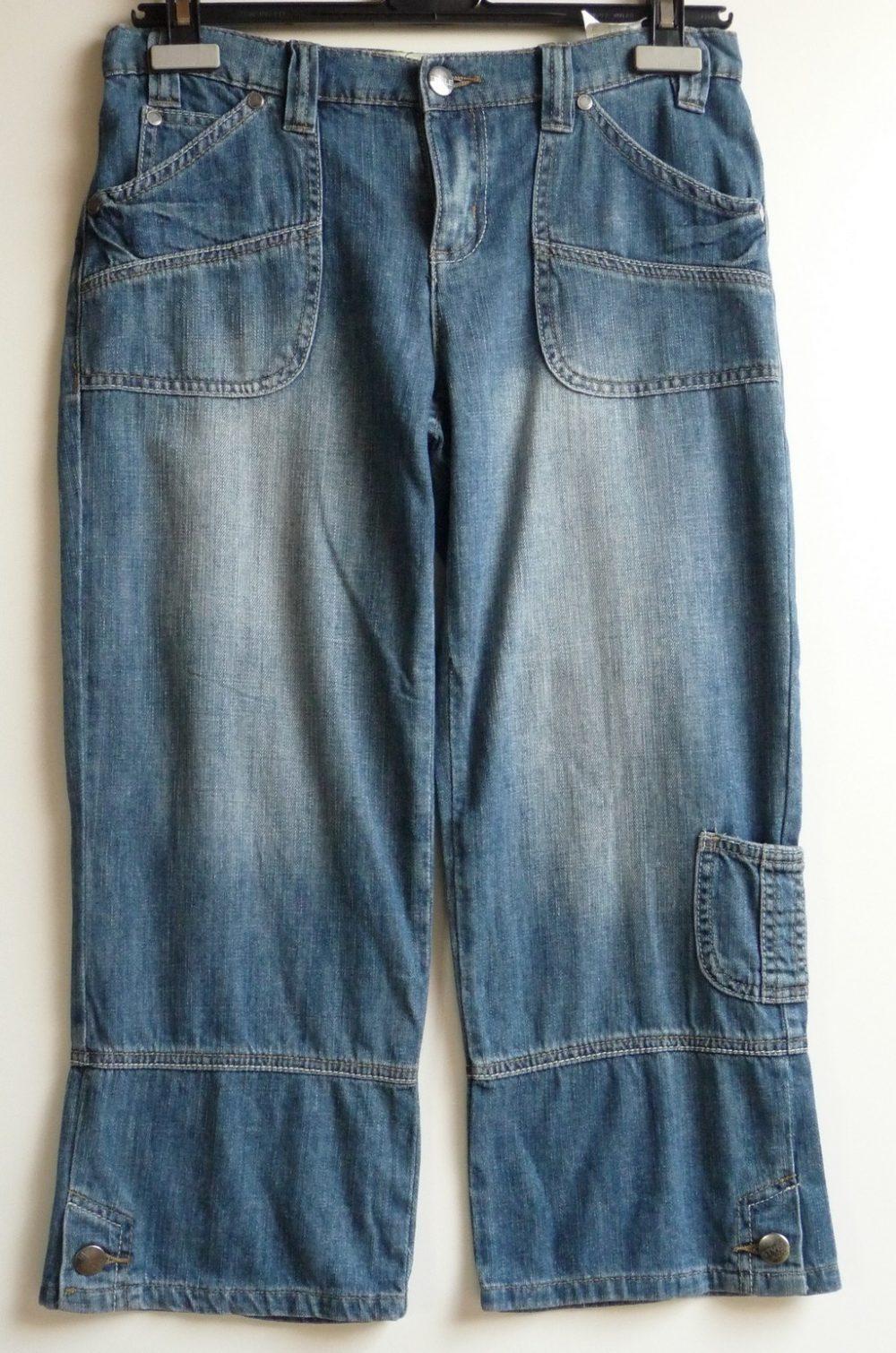Driekwart jeans met leuk zakje op de pijp en knopen onderaan